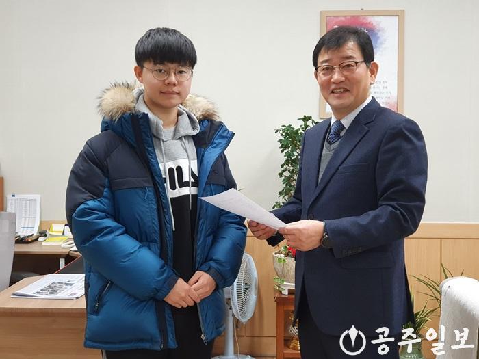 올해 수능 만점을 받은 남정환 군이 교장선생님(백남용)의 축하를 받고 있다.2.jpg