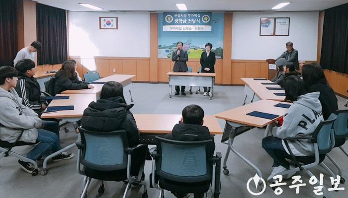 웅진동 부자떡집 장학금 기탁 사진.jpg